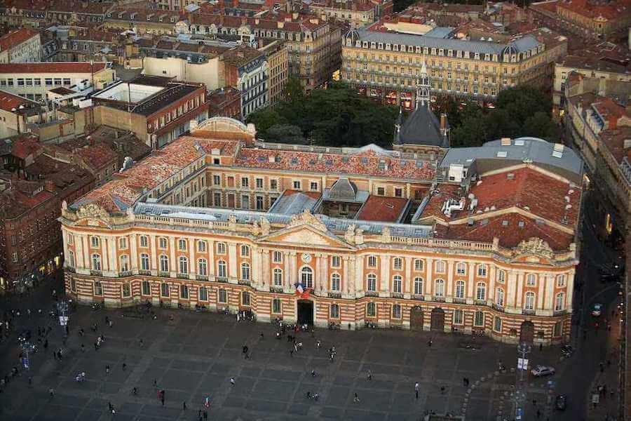Place du Capitole à Toulouse. Voyage en Occitanie avec AlterRUMBO